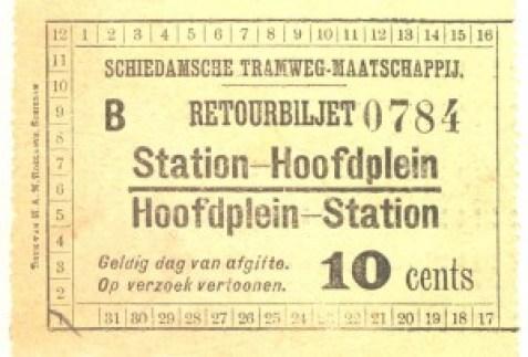 Retourbiljet voor een heen en tergreis over de volledige paardentramlijn in Schiedam. Ten opzichte van twee enekele reizen werd er door aanschaf van een retour 5 cent bespaard.