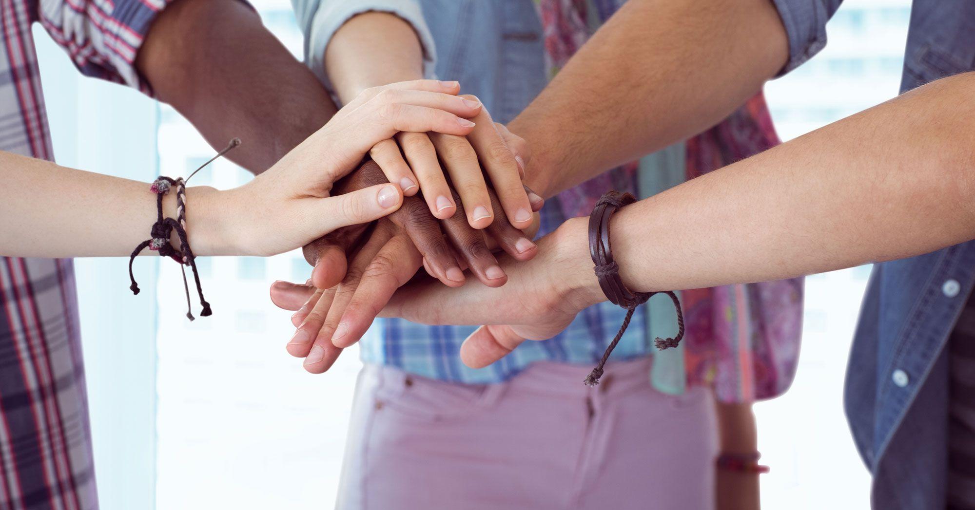 manos adolescentes unidos