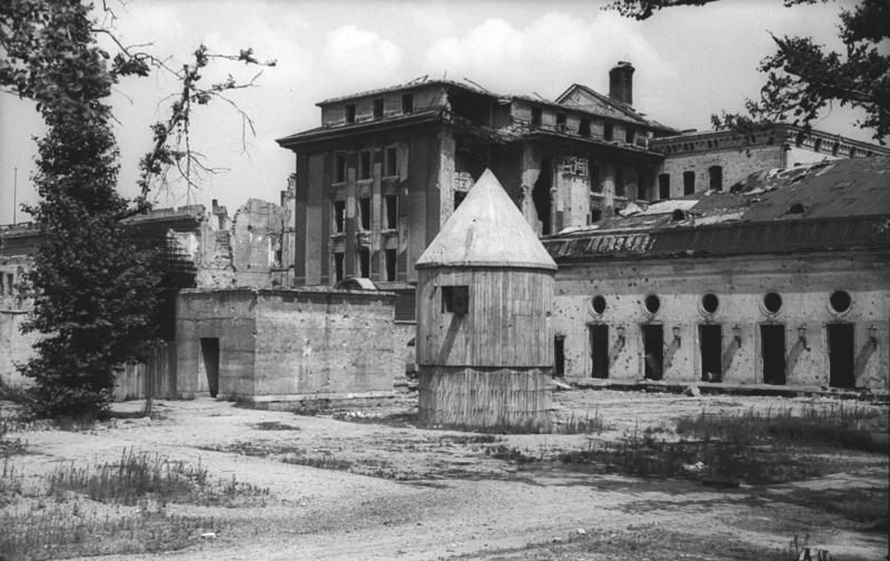 Zniszczony ogród na dziedzińcu Kancelarii Rzeszy w 1947 r. To tu Hitelr po raz ostatni zaczerpnął świeżego powietrza