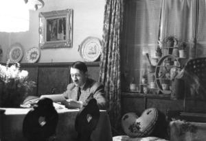 Hitler nad papierami? To niezwykle rzadki widok dla jego pracowników. Szczególnie, że nie przegląda ich w biurze... Zdjęcie z 1936 roku