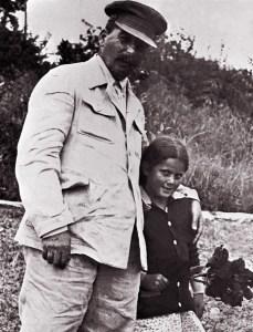 """Kochany tatuś czy krwawy dyktator? Zdjęcie pochodzi z materiałów promocyjnych książki Rosemary Sullivan pod tytułem """"Córka Stalina"""""""
