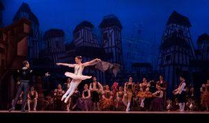Tańcząca baletnica w czasie występu.