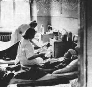 Podczas Powstania lekarze, pielęgniarki, sanitariuszki wykazali się ogromnym heroizmem. Dyżurowali przy łóżkach szpitalnych po 48 godzin bez przerwy. Na zdjęciu szpital w gmachu PKO przy ulicy Świętokrzyskej.