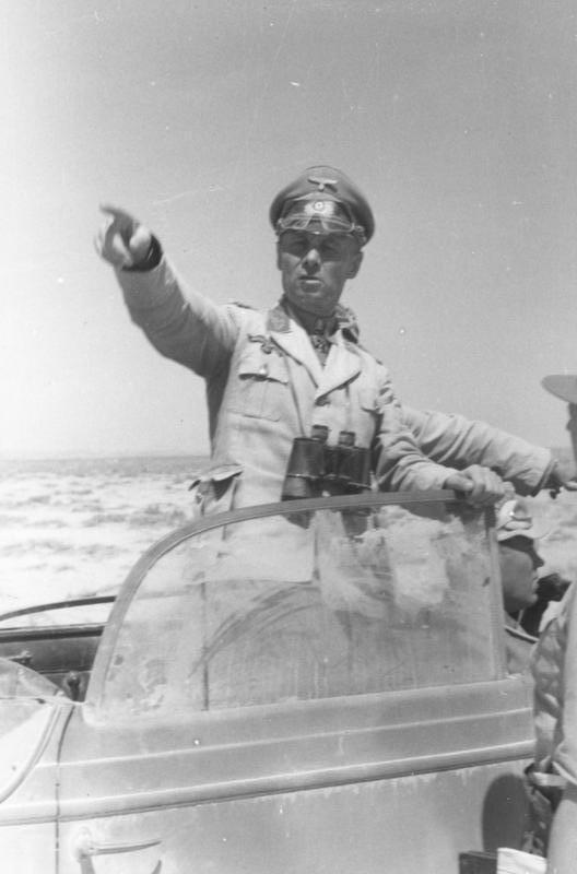 Typowy wizerunek Rommla z okresu kampanii afrykańskiej, czerwiec 1942 r.
