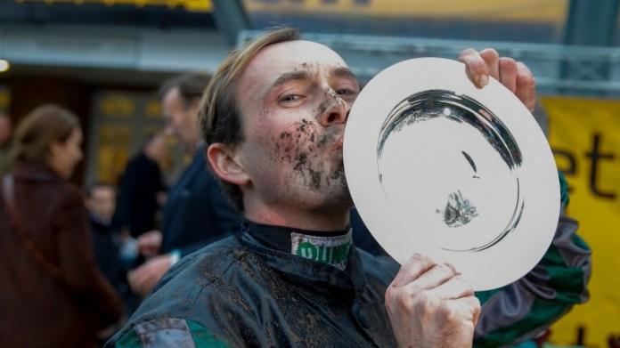 Nico de Boinville Besa el trofeo después de que Altior ganeThe Betfair Tingle Creek Chase (Grado 1) Sandown Pk 8/12/2018 © cranhamphoto.com