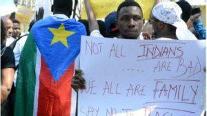 Un manifestant pour les droits des immigrés africains en Inde