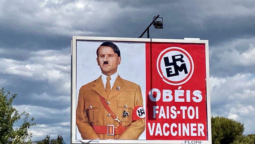 Caricature d'Emmanuel Macron en Adolph Hitler