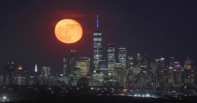 """Sytë nga qielli, """"Hëna luleshtrydhe"""" dhuron sonte spektakël"""