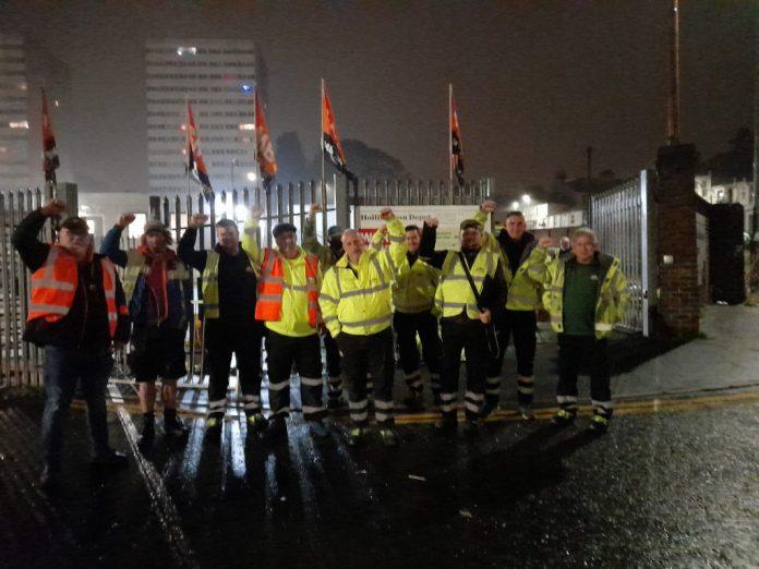 Отказаться от забастовки рабочих, пикетирующих их депо в Брайтоне с флагами GMB - Брайтон отказывает рабочим в забастовке в 2021 году