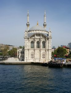 Nog 'n gebou van vele, aan veral die Europese kant van die Straat van Bosporus, Istanboel, Turkye te sien is.