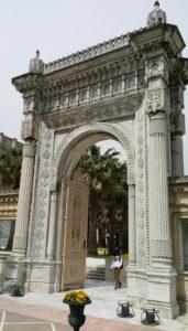 Istanboel spog ook met een van die mees indrukwekkende 5-ster hotelle aan die oewer van die Bosporus. Hier is een van die deurgangshekke wat getuig van die prag en praal van die Ottomans Ryk se argitektuur