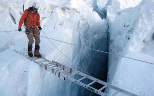 Die leer oor die diep afgrond by die Khumbu Icefall op Everest.
