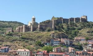 Die ou fort waak oor die stad, Tbilisi, Georgië