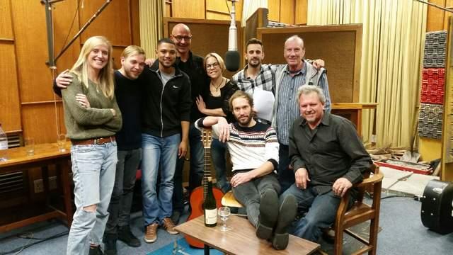 Van links is Hannah Borthwick, De Klerk Oelofse, Marlo Minnaar, Leon Kruger, Frieda van den Heever, André Terblanche en Johann Stassen. Voor is die skrywer en komponis, Wilken Calitz, saam met die regisseur Johan Rademan.