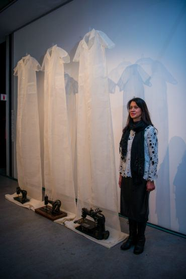 Feeskunstenaar Zyma Amien toor met naalde en spelde