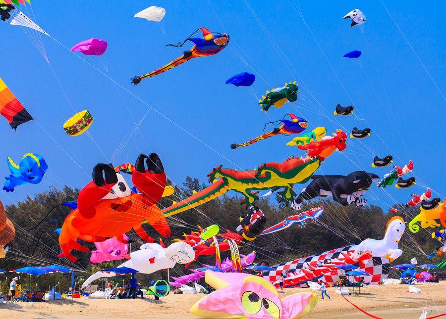 Kleurvolle lugruim met vlieërfees in Kaap