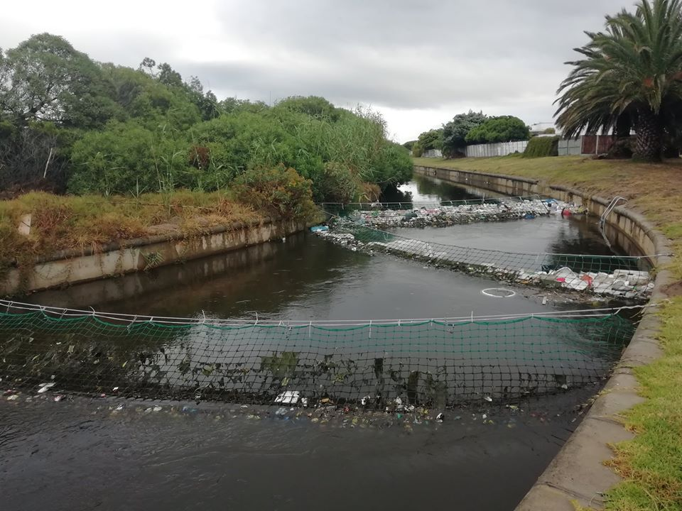 Nette vang plastiek in riviere op