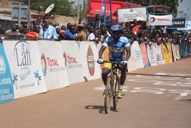 Le malien Tidiani Sanogo a franchi la ligne d'arrivée avec un VTT