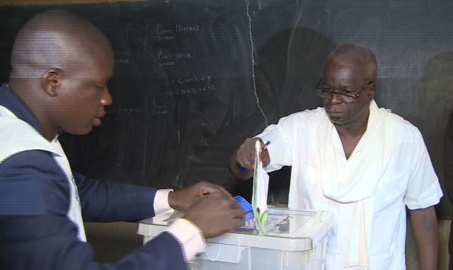 Le président du CNT Chérif SY mettant son bulletin dans l'urne