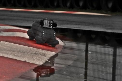 Quale migliore set se non un circuito automobilistico reso ancor più particolare dalla pioggia.