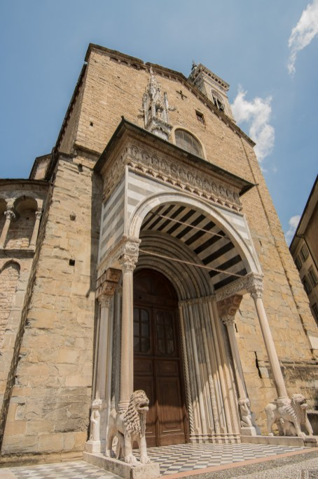 Chiesa Santa Maria Maggiore, Porta dei Leoni bianchi , Giovanni da Campione, esterno transetto dx