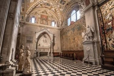 Tomba di Simone Mayr (maestro di Donizzetti) e tomba del Cardinale Guglielmo Longo degli Alessandrini, arazzo fiammingo, Basilica di Santa Maria Maggiore, navata laterale dx