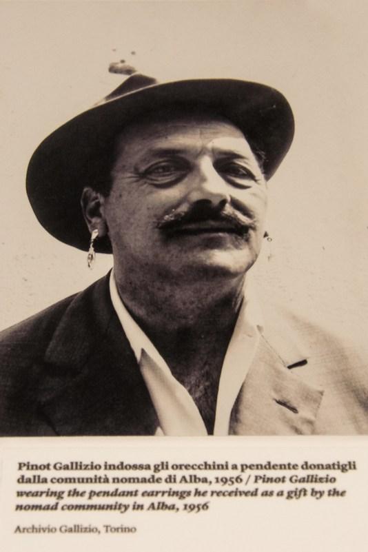 Pinot Gallizio con orecchini da zingara. Foto dall'Archivio Gallizio