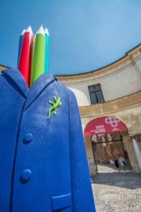 L'artista invisibile di Lucio e Peppe Perone all'ingresso del Castello di San Giorgio