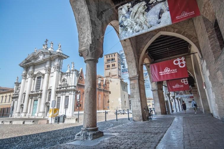 Portici di Palazzo del Capitano, Piazza Sordello e Cattedrale di San Pietro