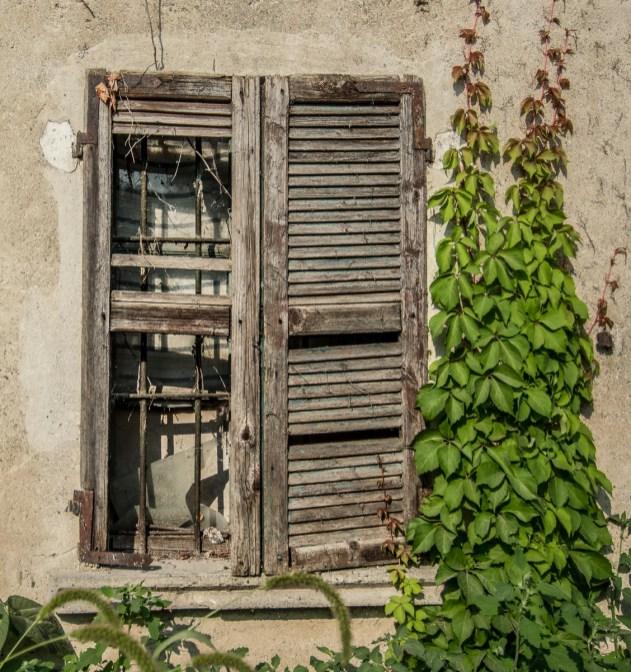 Finestra di una vecchia cascina. Parco del Ticino. Cameri