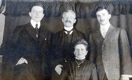 1911 à Belgoville - Onkel, Arnold, Johanna (Moe) et Frans der Kinderen