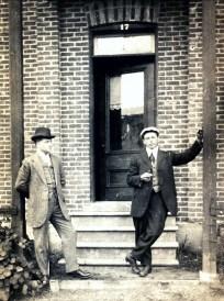 1915, approx inconnu, Jean der Kinderen (Onkel) à droite au 17 rue Tamarac à Shawinigan