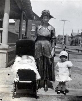 1919, Henriette, sa mère et Jeanne de Kinder