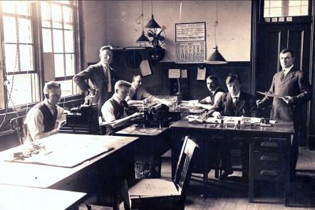1919, Jean der Kinderen (Onkel) au bureau, 2e de la gauche