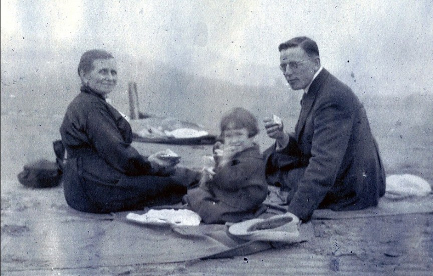 1919, Johanna (Moe), Jeanne et Jean der Kinderen (onkel) en pique nique