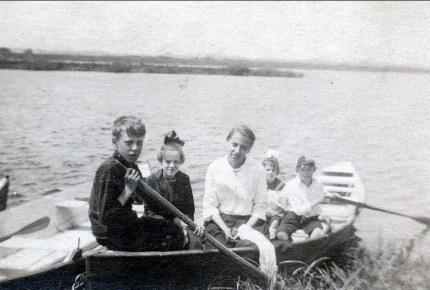 1919 approx ..., Laurette et Antoinette Bergeron, Laurette et Albert Thivierge