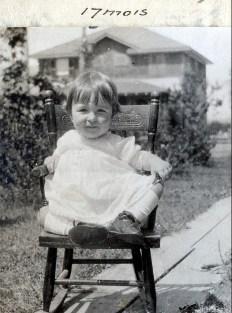 1920, 8 août Henriette de Kinder derrière la maison de la rue Champlain à Shawinigan