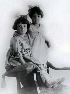 1920, Cécile et Laurette Joly