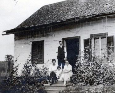 1920, Germaine et Jeanne avec oncle Henri Joly et tante Bernadette à leur maison à St-Canut
