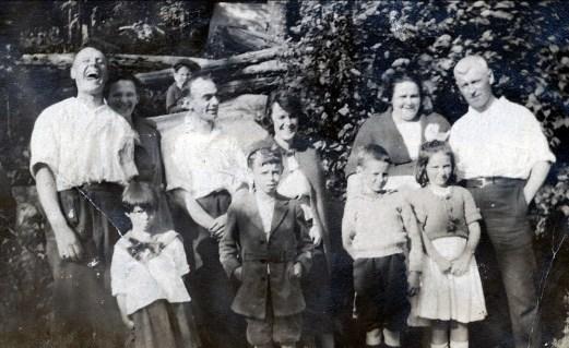 1920, Horace et Helena Thivierge, Joe Rochford, Lizzie, Aunt Tina Rochford, Tom Hogan; rangée avant - Laurette, Albert, Jimmy Hughes et Eileenn Hogan