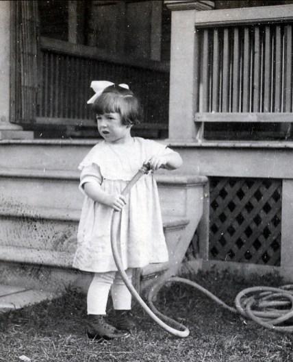 1920, Jeanne arrose