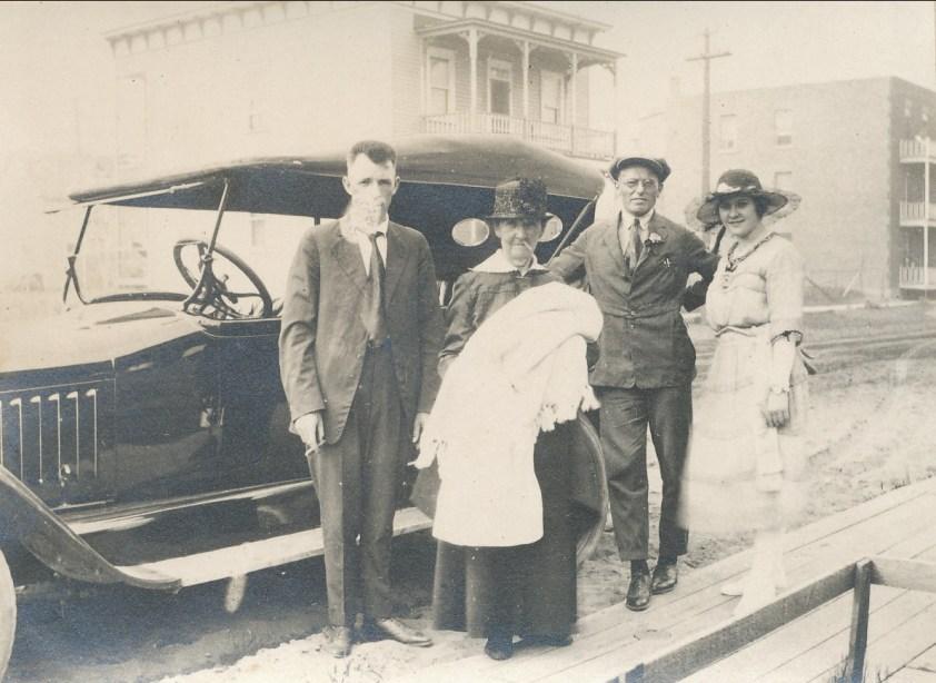 1921, 10 juillet Oncle Hermas Fournier et sa Chalmers, Marie-Jeanne (mémère) Fournier avec Gaby, Onkel avec Coba Krapels