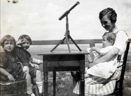 1922, 20 août - Henriette, Jeanne, Germaine avec Gaby de Kinder sur le Mont Royal
