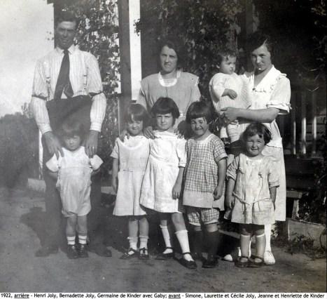 1922, arrière - Henri Joly, Bernadette Joly, Germaine de Kinder avec Gaby; avant - Simone, Laurette et Cécile Joly, Jeanne , Henriette copie