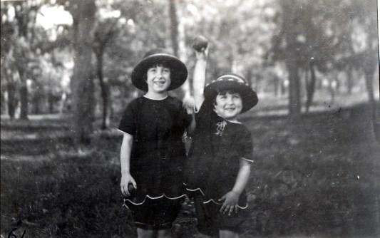 1923, Henriette et Jeanne sur le Mont Royal