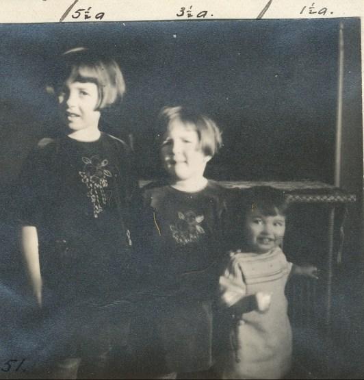 1923, les trois soeurs (Jeanne, Henriette et Gaby de Kinder) avec robes faites par Moe, leur grand-mère