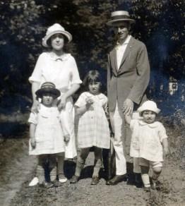 1923, mlle Magnan avec Henriette, Jeanne, François et Gaby de Kinder