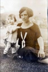 1924, Louis de Kinder avec sa mère Germaine