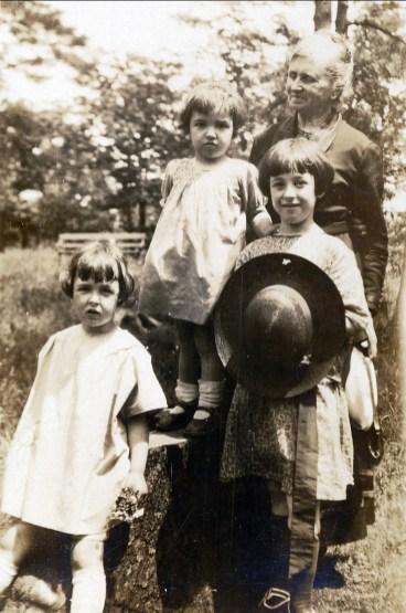 1924, Henriette, Gaby et Jeanne de Kinder avec leur grand-mère Moe sur le Mont-Royal