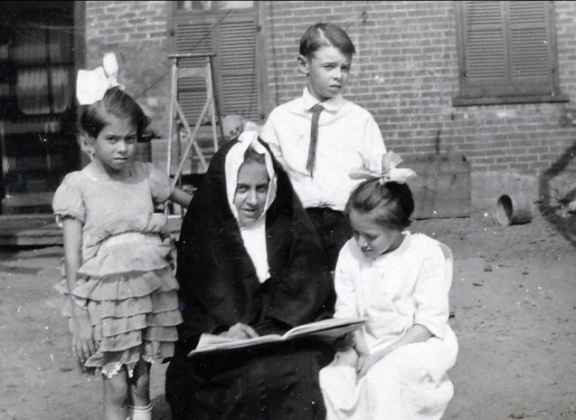 1924, Laurette Thivierge, Antoinette Bergeron, Albert Thivierge et Laurette Bergeron